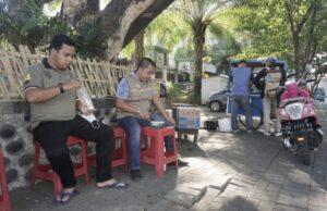 Andi Zunnun Makan Bakso Pentolan di Halaman Masjid Raya