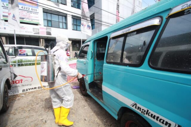 Supir Petepete Senang Kendaraannya Disemprot Disinfektan Tim Satgas Kesehatan Appi-Rahman